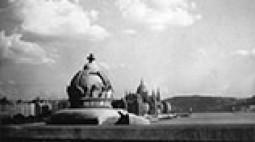 A Szent Korona stilizált szobra a Margit hídon, háttérben a Parlament